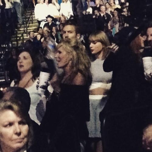 Taylor Swift et Calvin Harris au concert de Kenny Chesney