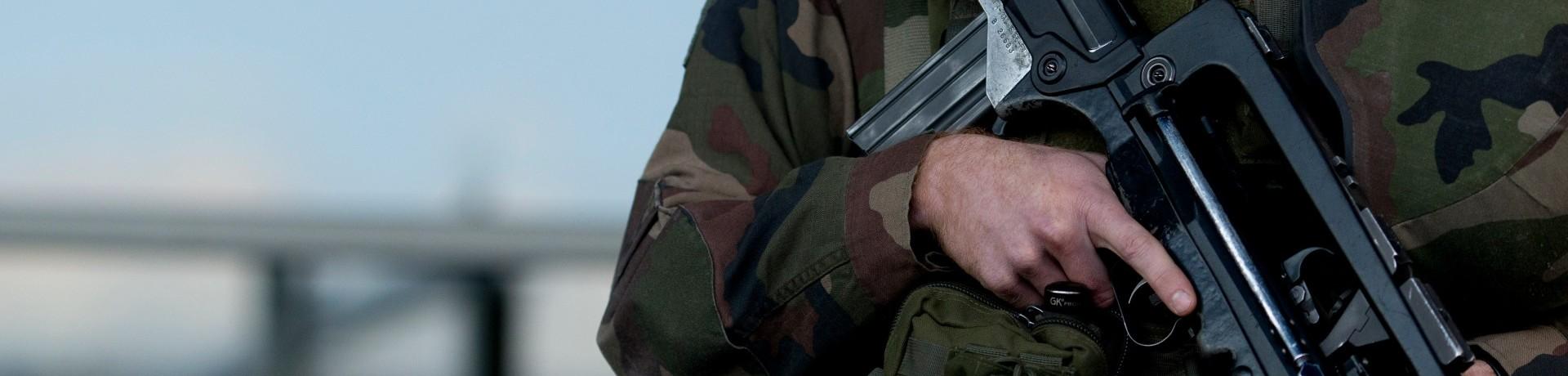 Un soldat patrouille dans le cadre du plan Vigipirate.