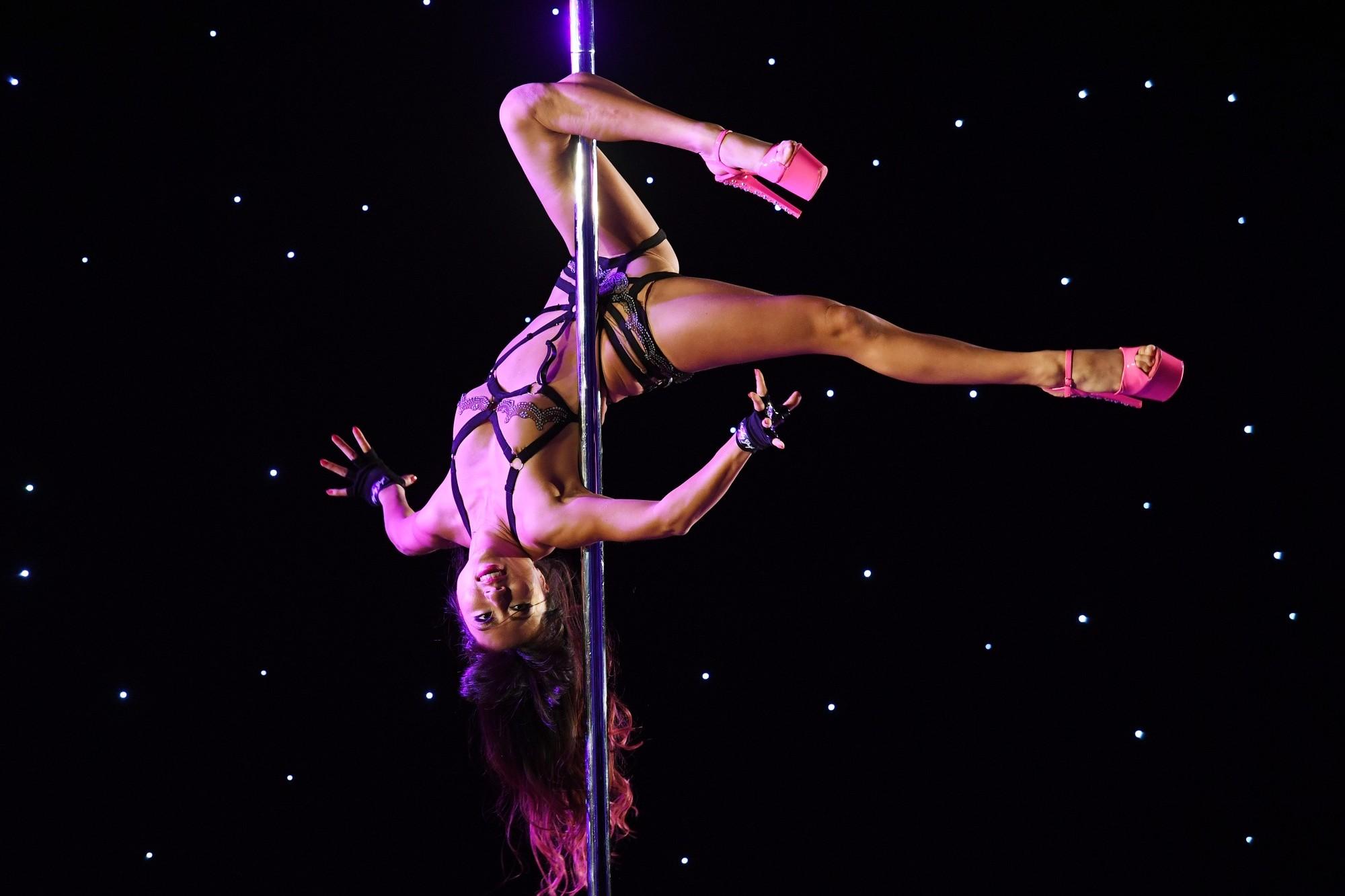 Une stripteaseuse danse