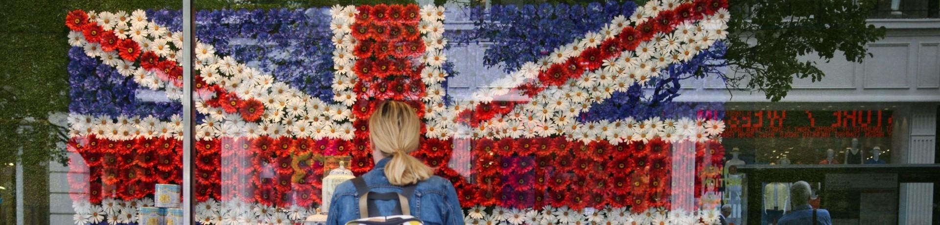Une femme devant l'Union Jack