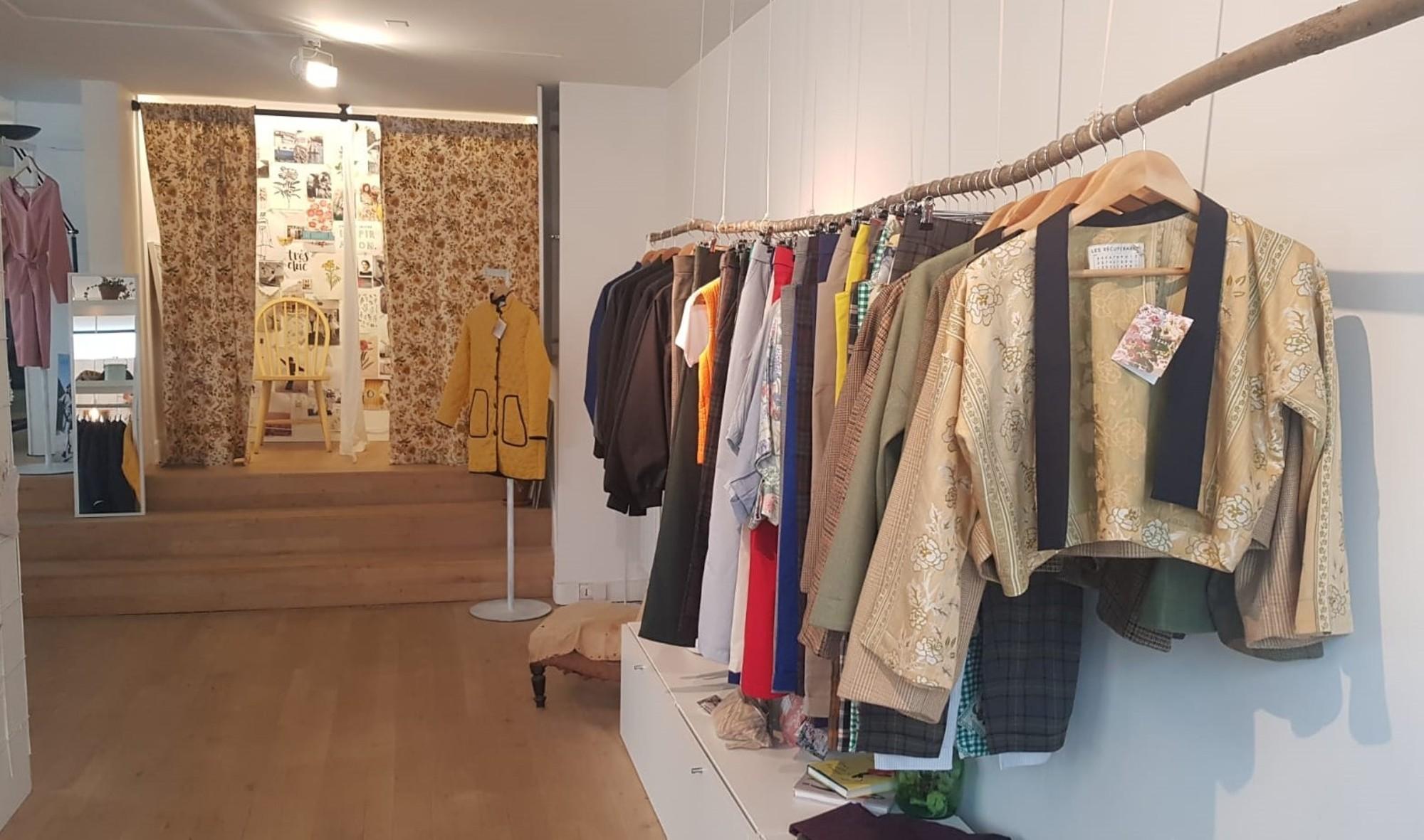 À Paris, Anaïs confectionne des vêtements à partir de tissus récupérés