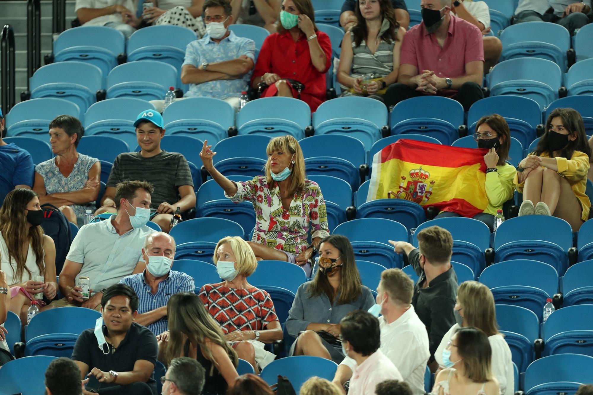 VIDÉO - Open d'Australie : une spectatrice fait un doigt d'honneur à Nadal, son... - RTL.fr