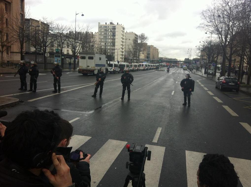 Les policiers ferment le périmètre à la presse