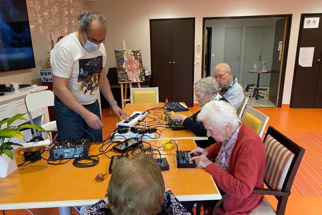 DJ Caillot et les résidents de l'Ehpad pendant un cours de musique
