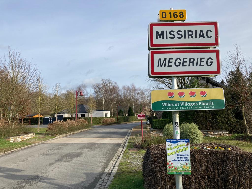 Missiriac, commune exemplaire en matière d'accessibilité comme en atteste le A de la charte d'accessibilité collé sur le panneau.