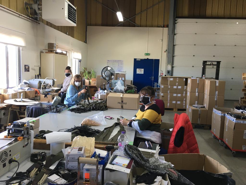 Les employées de Boyer TTE qui s'affairent à la conception de bretelles