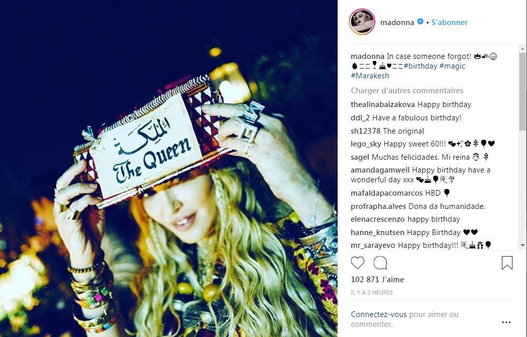"""Madonna brandissant une affichette """"la Reine"""", """"au cas où certains auraient oublié"""""""