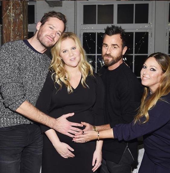 """Amy Shumer, l'héroïne de """"I Feel Pretty"""" (au centre) bien entourée pendant sa grossesse des acteurs Armie Hammer, Justin Theroux et de la styliste Leesa Evans"""