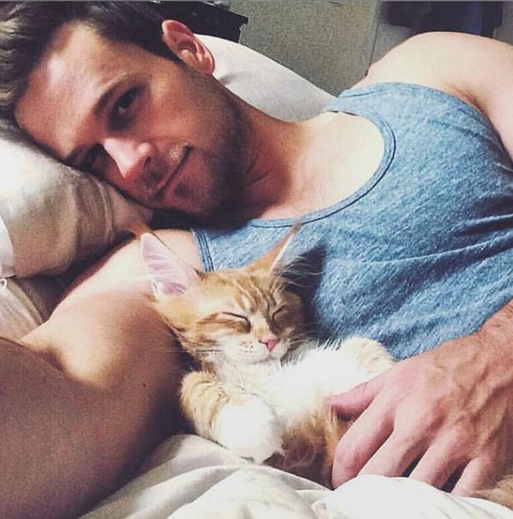 Un seflie détente pour ce mannequin et son chat