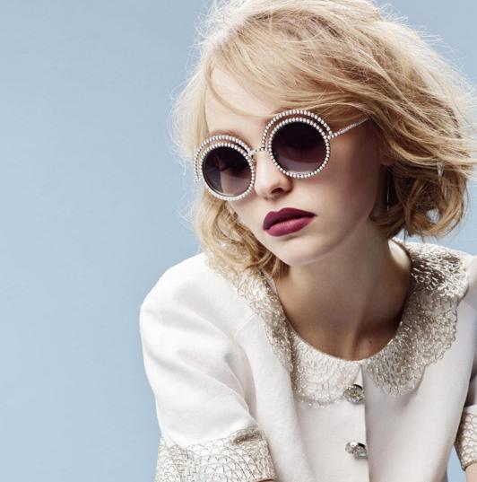 """Lily-Rose Depp pour la collection de lunettes Chanel """"Perle"""""""