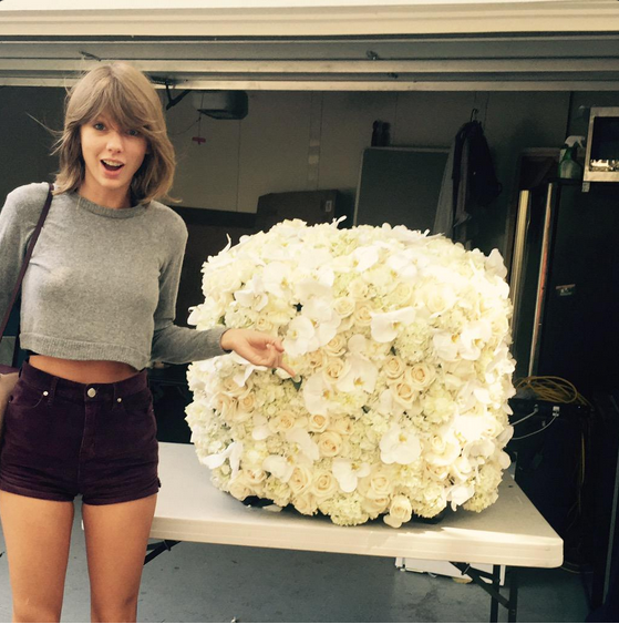 """1 - Taylor Swift avait reçu 2,6 millions de """"j'aime"""" pour ces fleurs envoyées par Kanye West"""