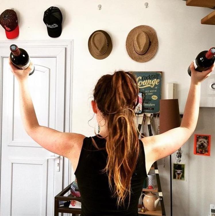 """Sophie Riche est humoriste et comédienne. Elle vient de créer un compte Instagram plein d'humour et de bienveillance pour décomplexer celles et ceux qui ne se reconnaissent pas dans les comptes traditionnels """"fitness"""" ou """"healthy"""" (@sofit.riche)"""