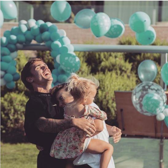 Antoine Griezmann avec sa femme Erika et sa fille Mia, heureux d'être papa pour la seconde fois