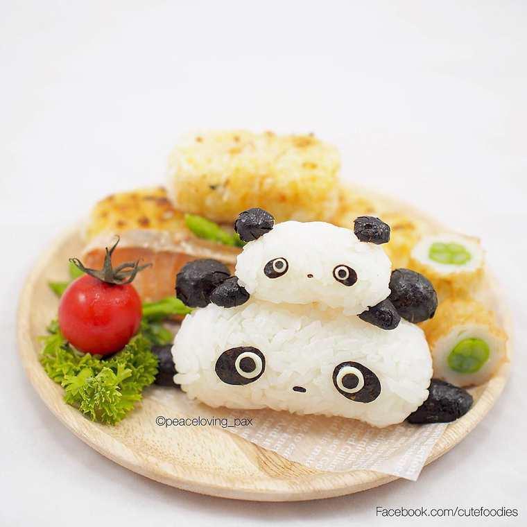 Les onigiris sont des boulettes de riz fourrées au poisson
