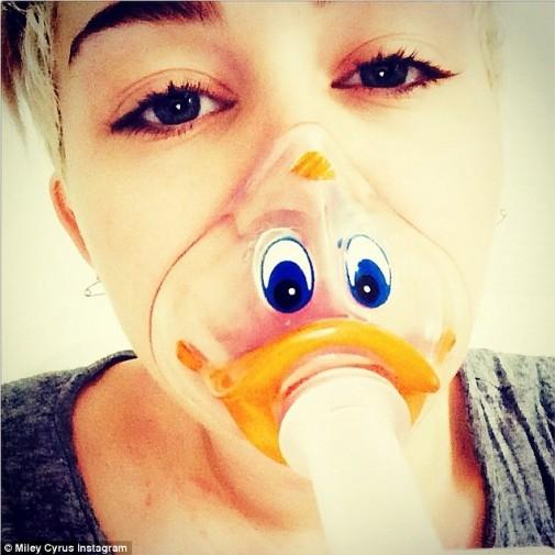 Miley Cyrus peine à se remettre de sa grave allergie à un antibiotique.
