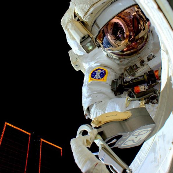 Scott Kelly prend un selfie alors qu'il retourne à la Station spatiale internationale après une excursion dans l'espace