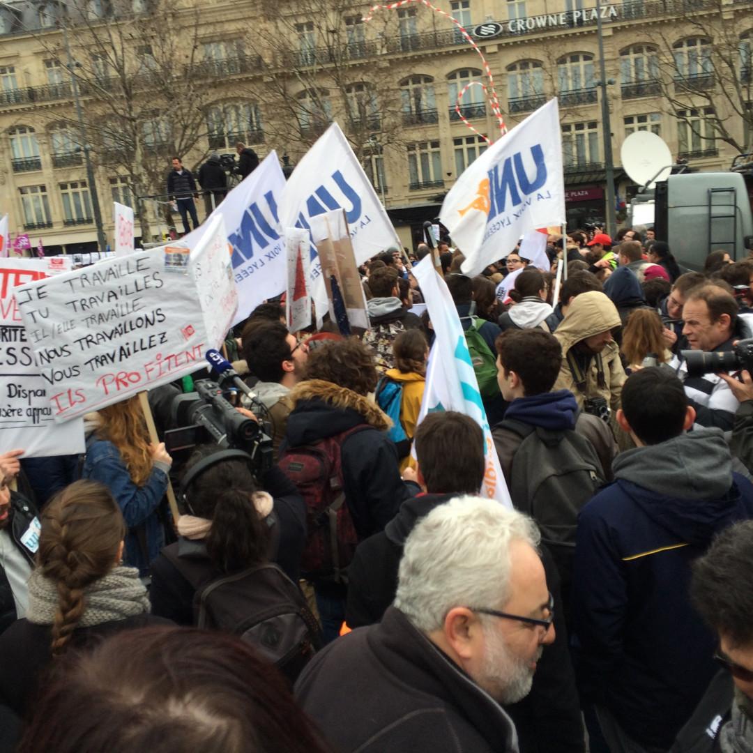 Les manifestants réunis place de la République à Paris le 9 mars