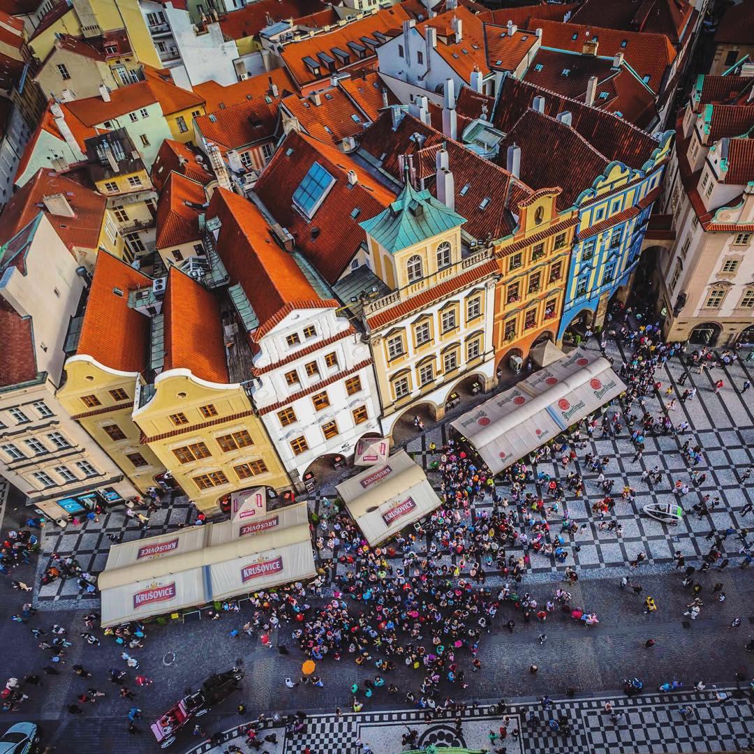 L'été, les façades colorées de Prague sont sublimées par le soleil
