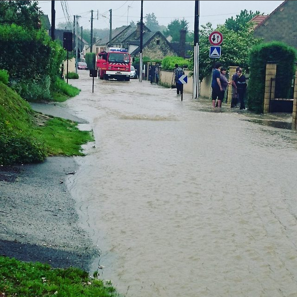 Une route sous les eaux à Donnemarie-Dontilly (Seine et Marne) le 30 mai 2016.