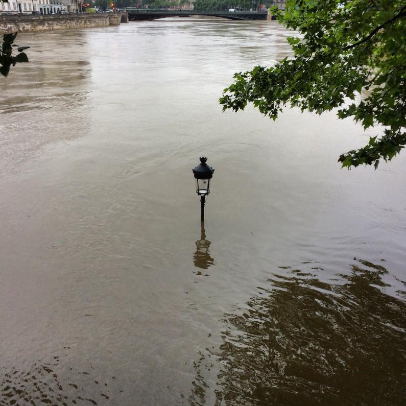 Un lampadaire immergé à proximité de l'île Saint-Louis, à Paris, le 3 juin
