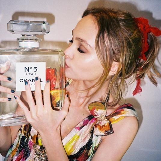 Lily-Rose Depp devient le nouveau visage de parfum N°5 L'eau de Chanel