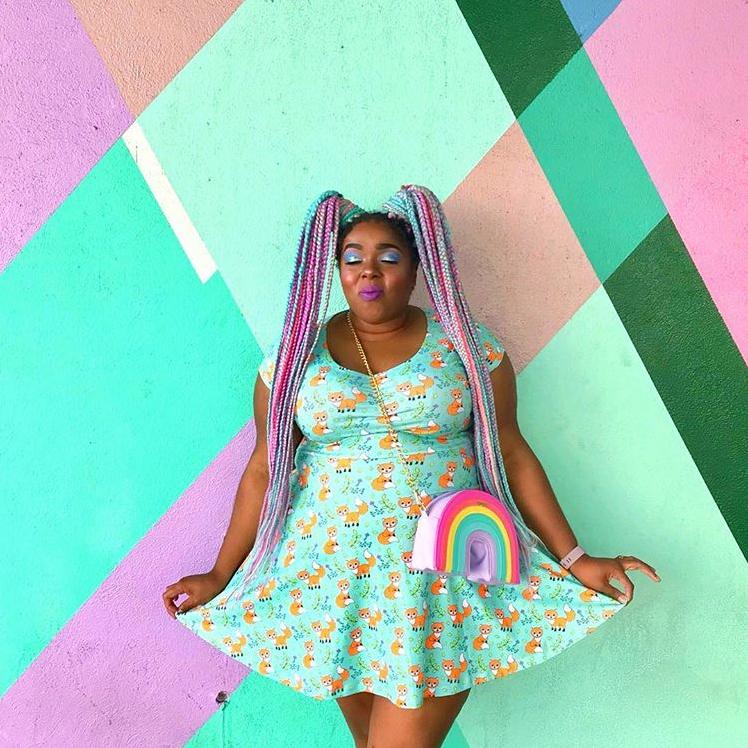 Amina Mucciolo est une blogueuse mode. Sur Instagram, elle affiche ses rondeurs dans des mises en scène et des vêtements ultra colorés. Suivez-la, elle va amener de la bonne humeur à votre fil Instagram ! (@tasselfairy)