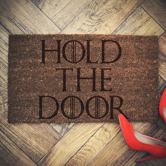 """Le paillasson """"Hold The Door"""" en hommage à la réplique d'Hodor (24,70 euros)"""