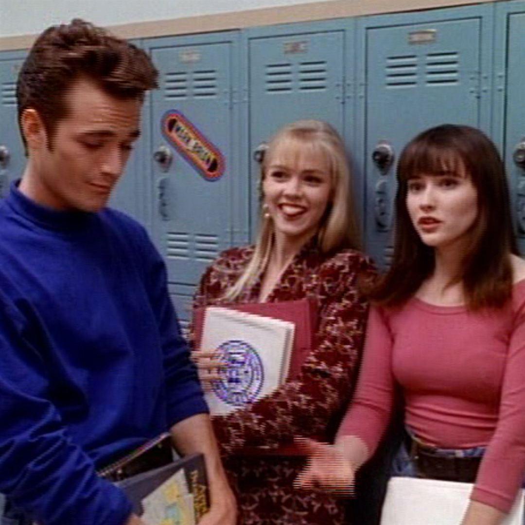 """""""Beverly Hills, 90210"""" (1990-2000) - À gauche, Luke Perry a incarné Dylan MacKay pendant l'ensemble de la série mythique, faisant de l'acteur un des symboles de sa génération. À ses côtés, ses collègues de plateau, Jennie Garth et Shannen Doherty."""