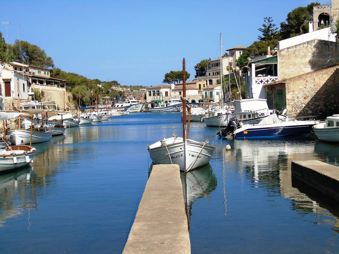 Aux Baléares, Majorque, son eau azur et ses villages portuaires.