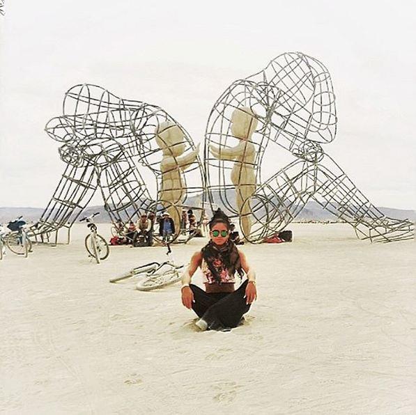 """Un cliché plus classique du """"Burning Man"""" avec l'une des œuvres éphémère du rassemblement"""