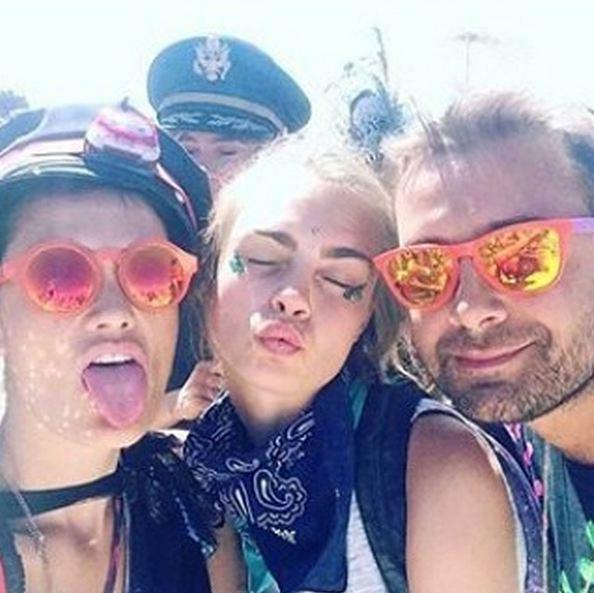 La mannequin aux célèbres sourcils a plongé dans la folle ambiance du festival