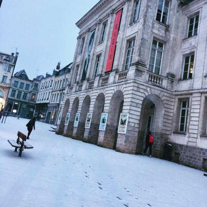 L'Hôtel de Ville de Arras, dans le Pas-de-Calais, sous la neige le 22 janvier 2019