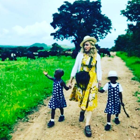Madonna, qui vient d'adopter deux jumelles originaires du Malawi, a annoncé la nouvelle sur Instagram