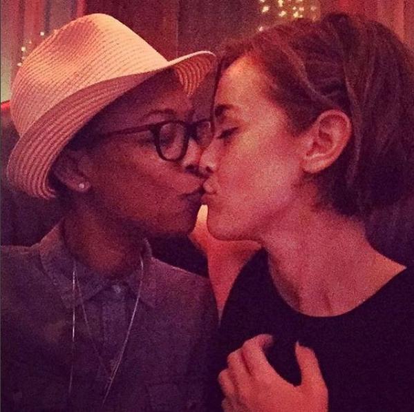 """Samira Wiley, star d'""""Orange Is The New Black"""", en compagnie de sa fiancée Lauren Morelli, scénariste du même show"""