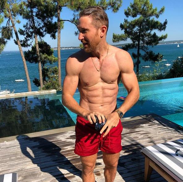 David Guette dévoile son corps ultra sculpté au bord de sa piscine