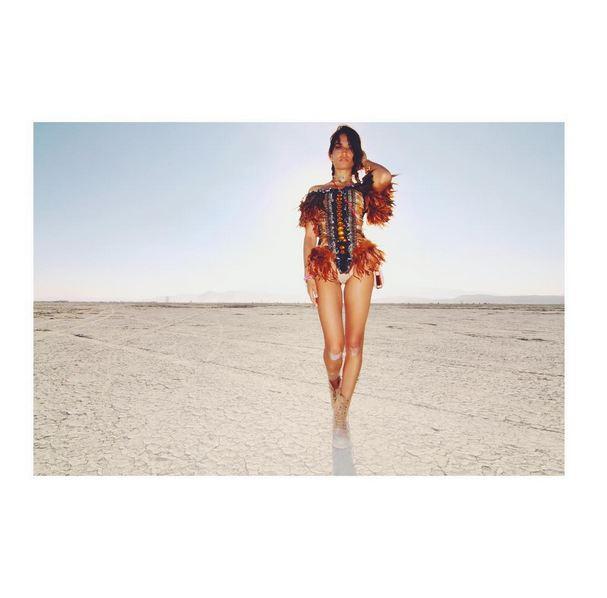 """Des mannequins n'oublient pas complètement leur profession durant le """"Burning Man"""""""