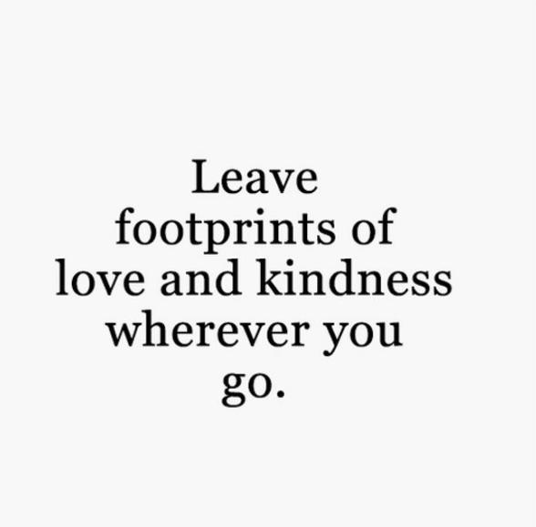 """Jlo nous conseille de """"laisser des empreintes d'amour et de gentillesse"""" où que nous allions"""