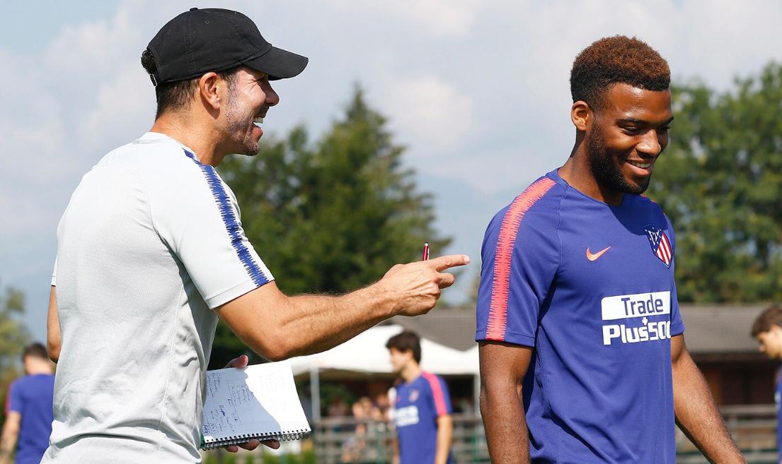 Thomas Lemar, qui a rejoint l'Atlético de Madrid cet été, a le sourire à côté de son nouvel entraîneur Diego Simeone