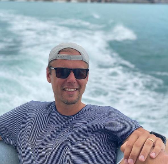 Armin van Buuren s'offre un peu de repos sur son bateau