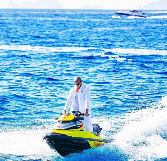 DJ Snake profite de ses vacances en faisant du jet-ski