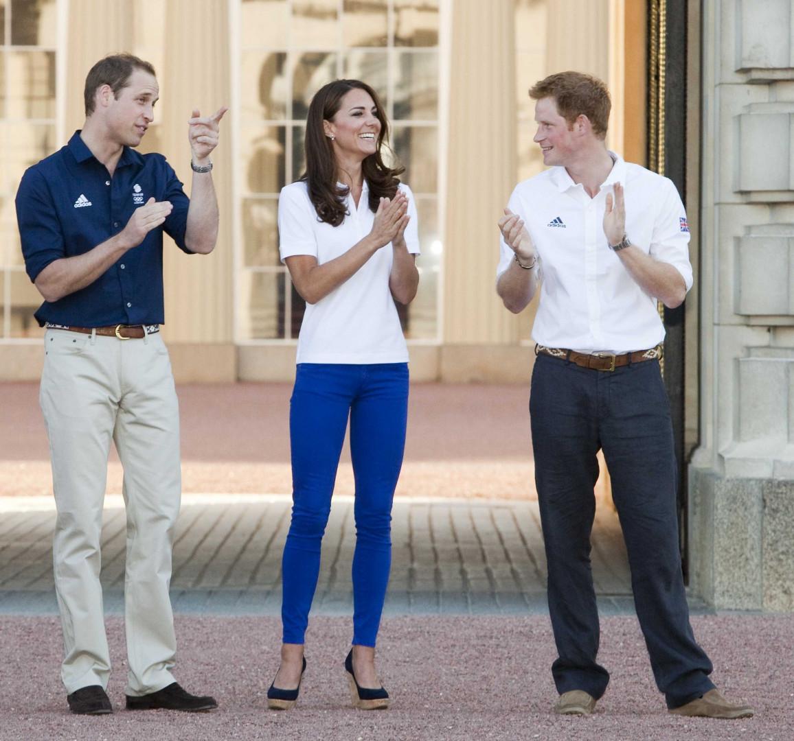 Les deux princes et la duchesse patientent pour accueillir la torche olympique à Buckingham Palace le 26 juillet 2012