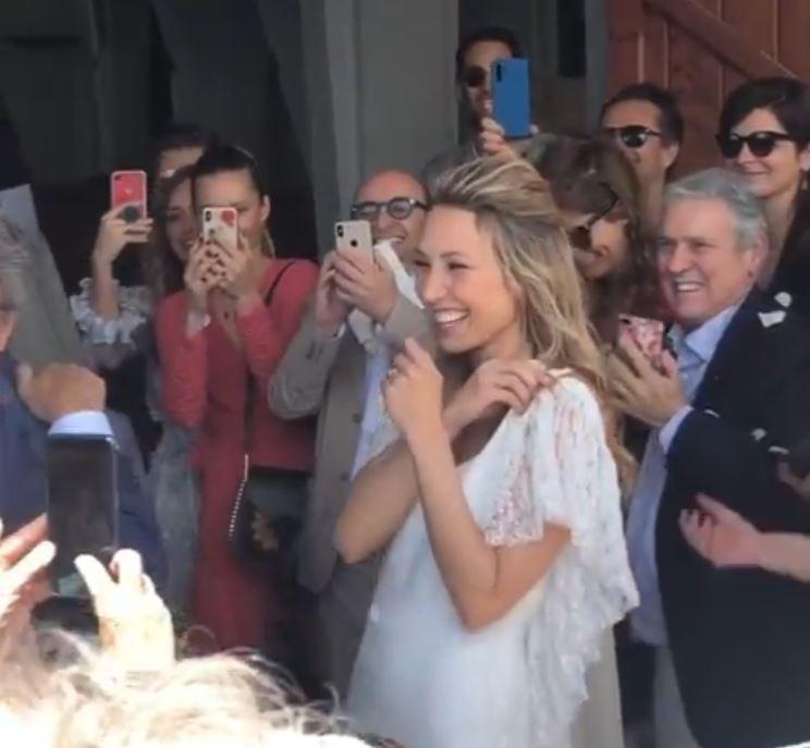 L'émotion de Laura Smet en sortant de l'église