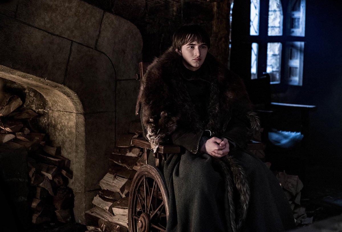Après 3 heures dans le froid, Bran Stark se réchauffe au coin du feu. D'où le regard dans le vide.