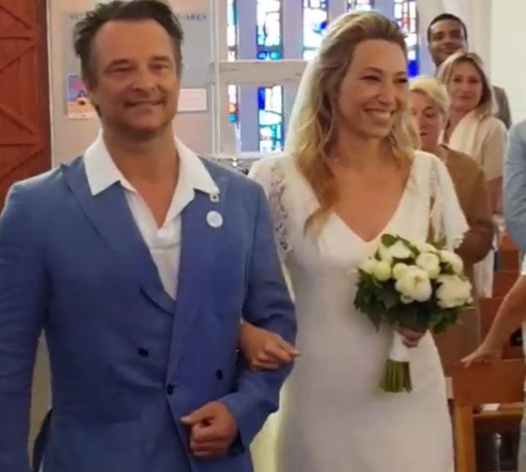 David Hallyday avait un costume bleu clair (mal boutonné) pour accompagner la mariée
