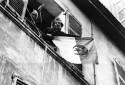 Photo prise le 20 mars 1962 dans une rue de la Casbah d'Alger. Des femmes algériennes arborent à leur fenêtre un drapeau du FLN deux jours après la signature des accords d'Evian marquant la fin de la guerre d'Algérie.