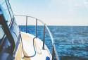 Un bateau en plein mer (Image d'illustration).