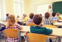 Des écoliers d'une classe d'école primaire (illustration)