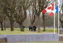 Les drapeau canadien et français flottent devant le Mémorial canadien de Vimy, en février 2014