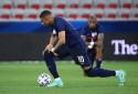 Kylian Mbappé et Presnel Kimpembe posent leur genou à terre, avant leur match face au Pays de Galles, le 2 juin 2021