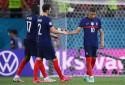 Sissoko et Pavard tentent de consoler Mbappé le 28 juin 2021 à Bucarest